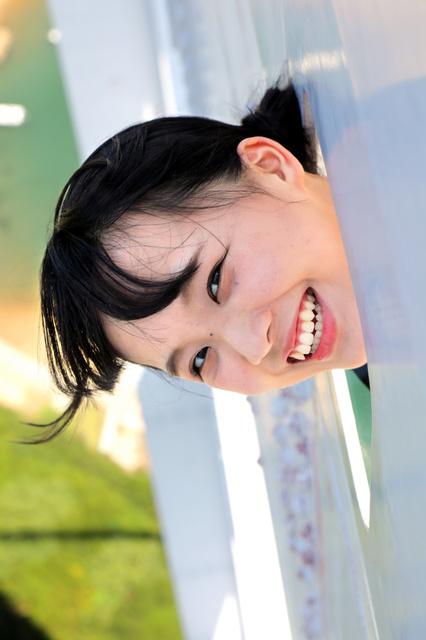塔頂ツアーで瀬戸大橋の最上部の「穴」から顔を出す福田朱里さん=安富良弘撮影