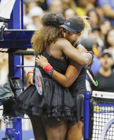 全米オープンテニスの女子シングルス決勝で初制覇を果たし、セリーナ・ウィリアムズ(左)と抱き合う大坂なおみ=8日、ニューヨーク(共同)