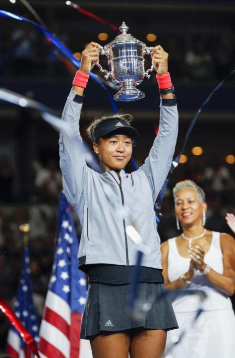 全米オープンテニスの女子シングルスで初制覇を果たし、トロフィーを掲げる大坂なおみ=8日、ニューヨーク(共同)