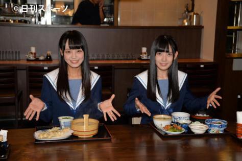 地元の食事を試食するSTU48の左から福田朱里、門田桃奈(撮影・森本隆)