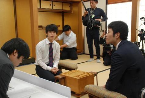 感想戦を行った藤井聡太七段(左)と出口若武三段(撮影・松浦隆司)
