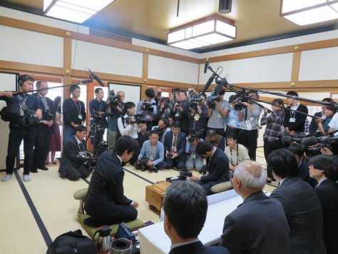 新人王戦決勝第2局、出口若武三段(右)と対戦している藤井聡太七段。対局室には大勢の報道陣が駆けつけた