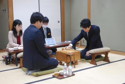 対局に臨んだ村田顕弘六段(左)、藤井聡太七段(撮影・松浦隆司)