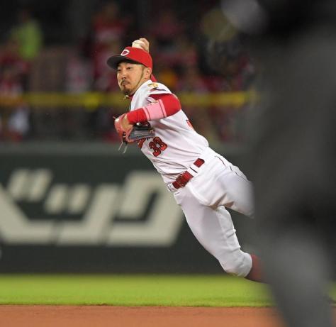 8回、立岡の放ったゴロを好捕し、一塁へ送球してアウトにする菊池