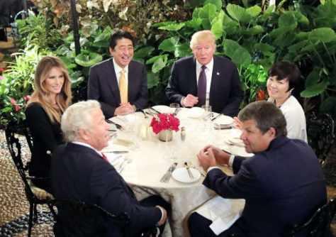 昨年2月、米フロリダ州パームビーチの「マールアラーゴ」での夕食会に臨む(左端から時計回りに)メラニア夫人、安倍首相、トランプ米大統領、昭恵夫人。(ロイター=共同)