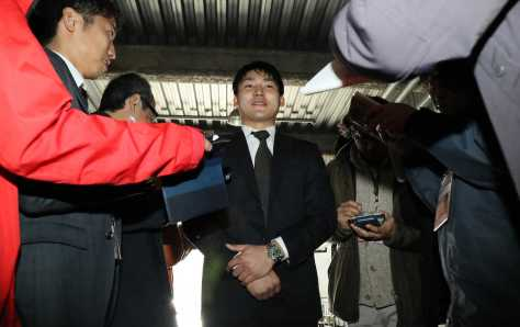 巨人入りを報告に広島球団事務所を訪れた丸は思いを語る(撮影・岩崎 哲也)