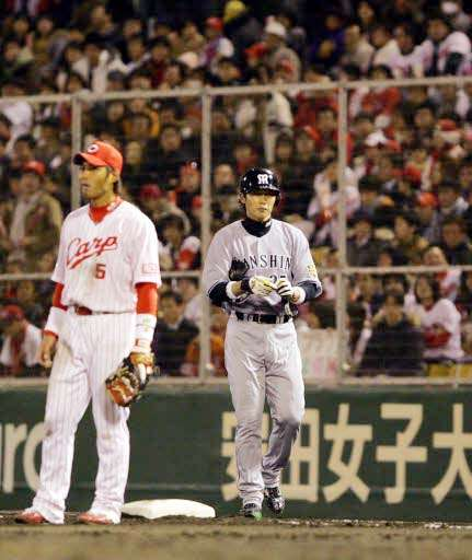 ブーイングを浴び続けた阪神の新井(右)。左は一塁手の栗原健太(2008年4月1日)