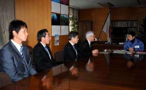東日本大震災の対応について、内閣府を訪れ話し合うプロ野球選手会会長の新井=左端(2011年3月22日)