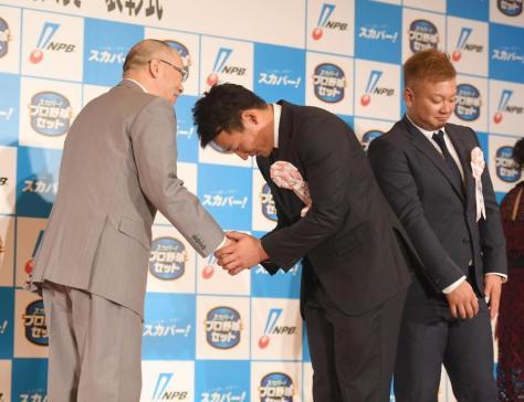 恐縮しながら落合博満氏と握手する広島・下水流昂。右は西武・森友哉=東京ドームホテル(撮影・金田祐二)