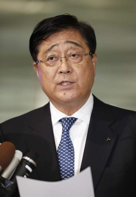 取締役会後、取材に応じる三菱自動車の益子修最高経営責任者(CEO)=26日午後、東京都港区