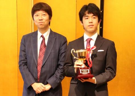 藤井聡太七段、新人王表彰式に出席「優勝で卒業できてうれしい」