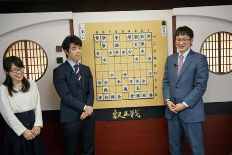 解説者デビューした藤井聡太七段(左から2人目)(画像提供:niconico)