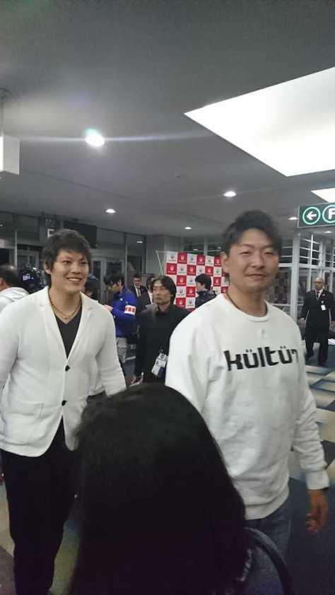 V旅行に出発する大瀬良(右)ら広島ナイン