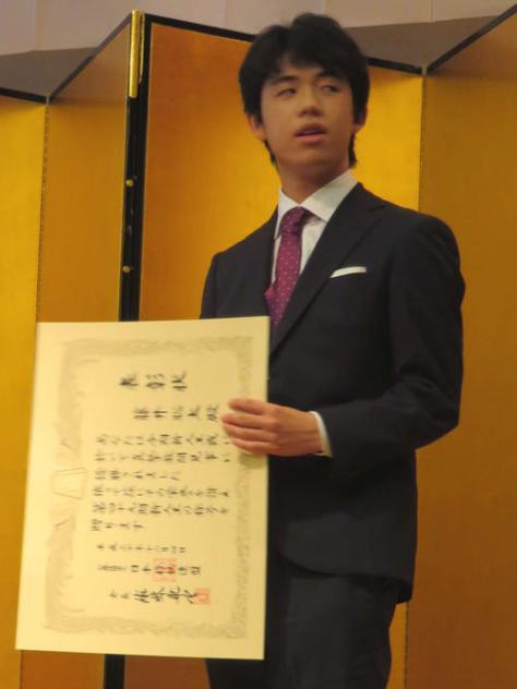 囲碁将棋新人王戦表彰式で賞状を手にする、将棋の藤井聡太七段(撮影・村上幸将)