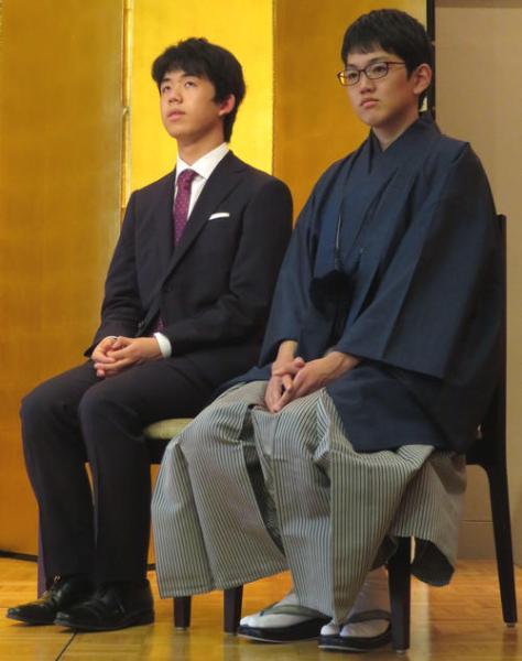 囲碁将棋新人王戦表彰式に出席した、将棋の藤井聡太七段(左)と囲碁の広瀬優一二段(撮影・村上幸将)