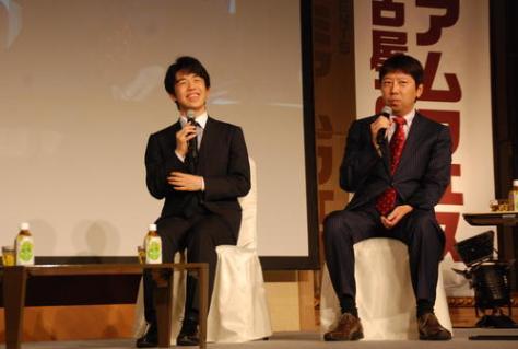 トークショーを行った藤井聡太七段(左)と師匠の杉本昌隆七段(撮影・松浦隆司)