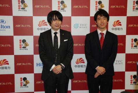 イベント終了後、会見した佐藤天彦名人(左)と藤井聡太七段(撮影・松浦隆司)