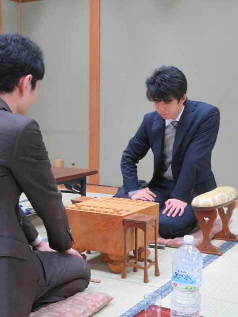 大阪市内の関西将棋会館で行われた順位戦C級1組で門倉啓太五段(左)と対戦する藤井聡太七段