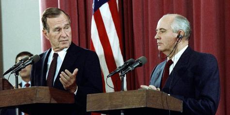 米ソ首脳会談の後、ソ連のミハイル・ゴルバチョフ大統領(当時)と共同記者会見に臨むジョージ・H・W・ブッシュ米大統領=1991年10月、スペイン・マドリードのソ連大使館(AP)