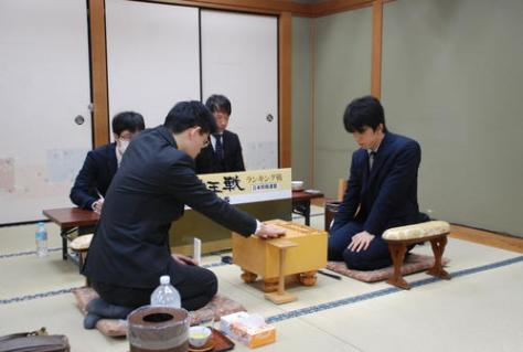 9連勝の藤井聡太七段(右)(撮影・松浦隆司)