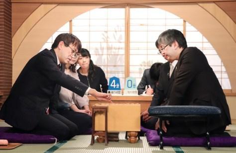 NHK杯決勝に臨む羽生善治九段(左)と郷田真隆九段