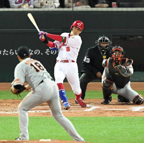 3回裏広島無死、安部は右越え先制本塁打を放つ。投手は菅野(撮影・山崎安昭)