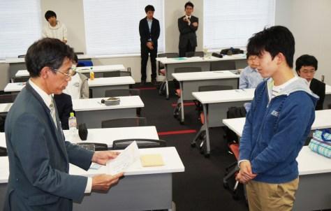 5連覇を達成して表彰される藤井聡太七段