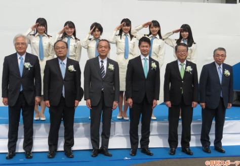 広島港に入ったSTU48号の前でセレモニーに臨んだSTU48メンバー(後列)。前列左から4人目は湯崎英彦広島県知事(撮影・横山慧)