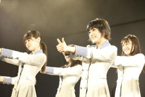 STU48の劇場公演初日を迎えたSTU48。手前右は岡田奈々(C)STU