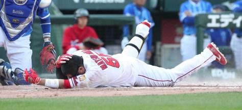 <広・D>8回裏1死三塁、代打・松山は頭部死球を受け倒れ込む (撮影・奥 調)