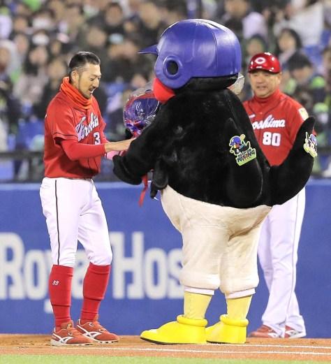通算1000安打を達成した広島・菊池涼(左)は敵軍のマスコット「つば九郎」から花束を贈られる
