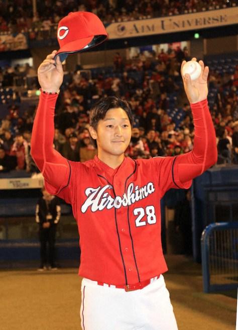 <ヤ・広>スタンドに向かってウイニングボールを掲げる床田(撮影・篠原岳夫)
