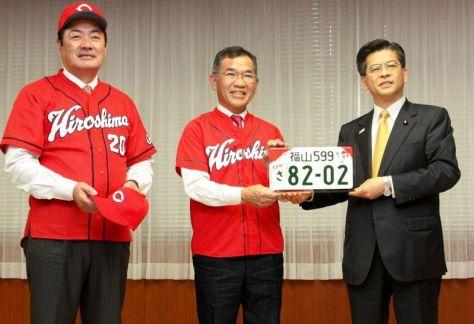 石井国交相から記念プレートを贈られる枝広市長(中央)。左は北別府さん=東京