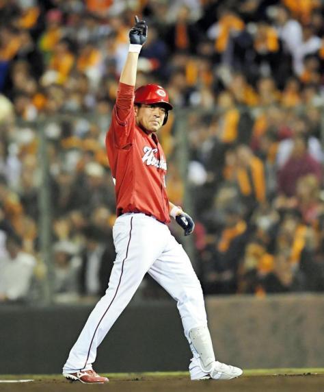 9回、勝ち越しタイムリーを放ち塁上でポーズを決める広島・石原慶幸