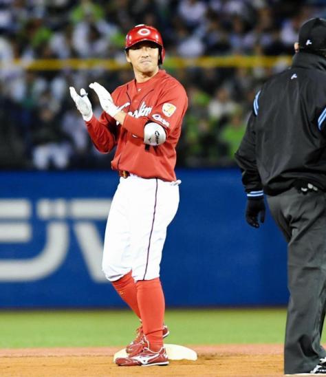 6回、先制適時二塁打を放ち手をたたく長野