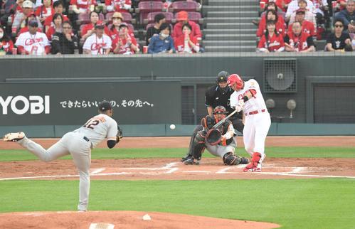 広島対巨人 2回裏広島無死、鈴木は右前打を放つ。投手メルセデス(撮影・山崎安昭)