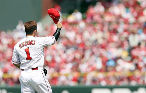 広島対巨人 1回裏広島2死一塁、逆転の右越え2点本塁打を放ち、ファンの声援に応える鈴木(撮影・前田充)