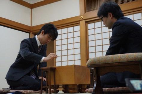 大阪・関西将棋会館での王将戦一次予選で、北浜健介八段(右)と対局する藤井聡太七段