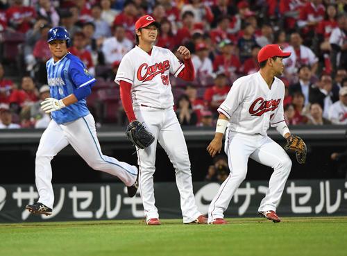 4回表DeNA2死満塁、今永の打球を一塁に悪送球して失点する床田(中央)。左は生還する中井(撮影・奥田泰也)
