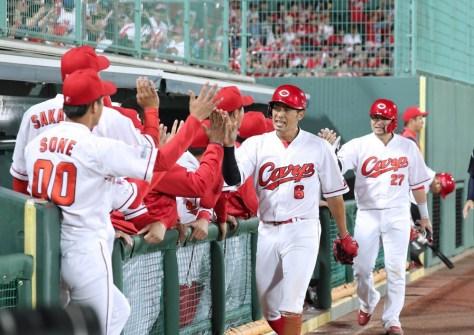5回2死満塁、菊池涼介のレフトへの先制2点適時打で生還した二塁走者・安部(6)と三塁走者・会沢(27)がベンチの出迎えを受ける