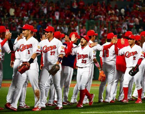 8連勝で首位に立ち笑顔でタッチを交わす広島の選手たち(撮影・清水貴仁)