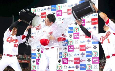 1失点完投で4勝目を挙げた大瀬良(中央)は西川と鈴木から祝福の水を浴びせられる(カメラ・豊田 秀一)