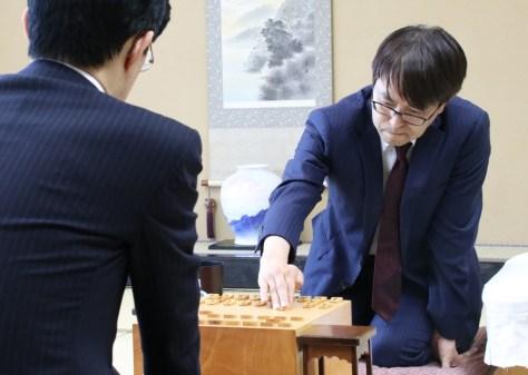 谷川浩司九段戦での歴代最多1433勝を目指して第2手を指す羽生善治九段(将棋会館で)