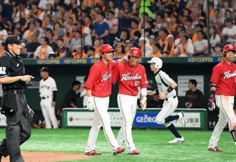 巨人対広島 7回表、同点の2点適時打を放った代打長野は西川と笑顔を見せる(撮影・たえ見朱実)