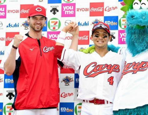 お立ち台で笑顔のジョンソン(左)と広島・小窪
