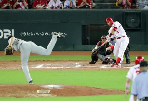 広島対巨人 10回裏広島1死満塁、鈴木は中前にサヨナラ適時打を放つ。投手マシソン(撮影・浅見桂子)