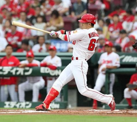 <広・中>1回裏無死、西川は右越えに先頭打者本塁打を放つ (撮影・奥 調)