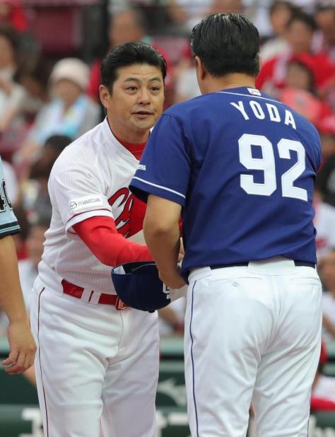 メンバー交換で与田監督と握手する広島・緒方監督