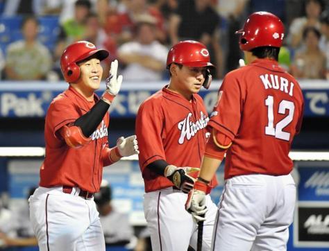 3回、2ランを放ち、出迎えた九里亜蓮(右)に笑顔を向ける広島・小園海斗
