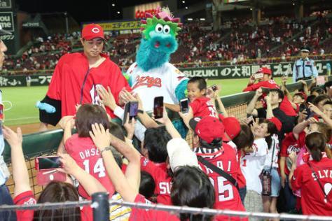 広島対DeNA 勝利投手となった野村は試合後、ファンとタッチを交わす(撮影・梅根麻紀)